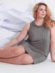 Portrait einer schönen plus size lockigen junge blond Frau