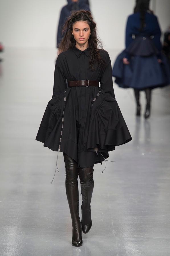 La robe noire cet éternel classique des podiums - Antonio Berardi (Défilé Antonio Berardi automne-hiver 2017-2018, Londres, le 20 février 2017.)