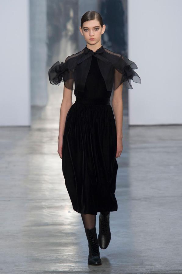 La robe noire cet éternel classique des podiums - Carolina Herrera (Défilé Carolina Herrera automne-hiver 2017-2018, New York, le 13 février 2017.)