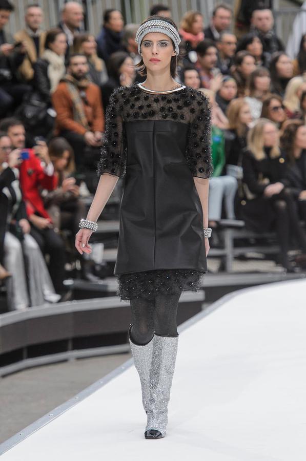 La robe noire cet éternel classique des podiums - Chanel (Défilé Chanel automne-hiver 2017-2018, Paris, le 7 mars 2017.)
