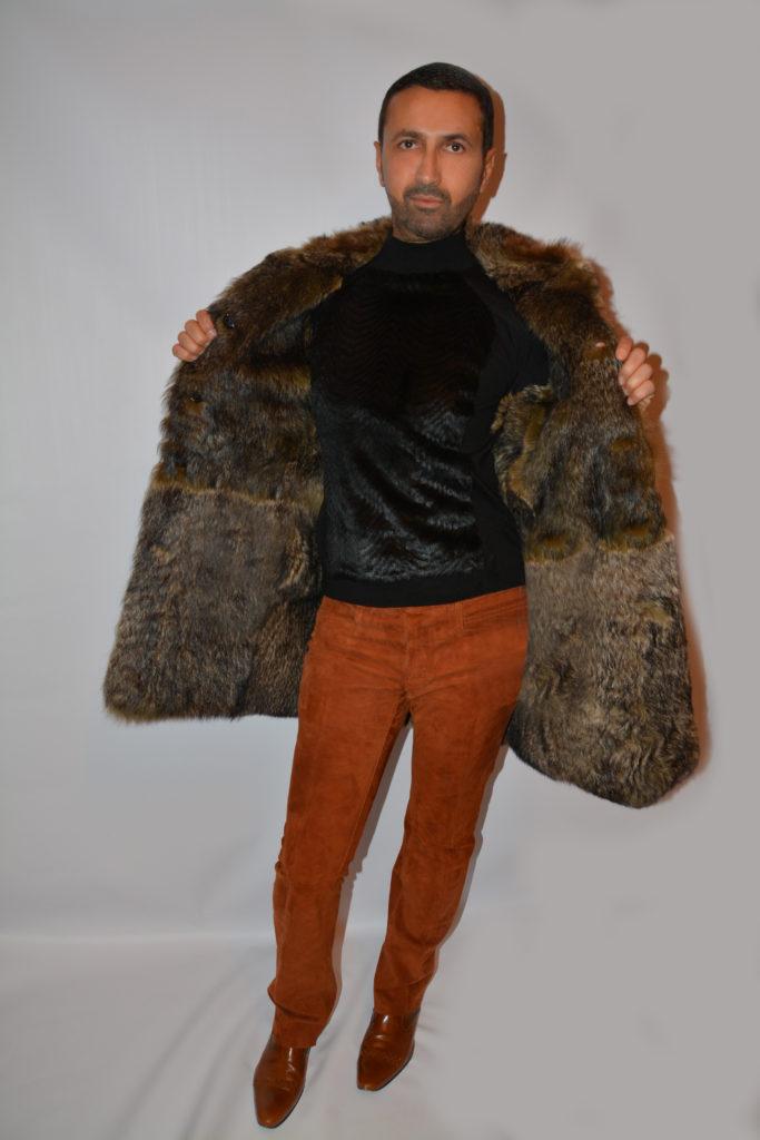 Un manteau en fourrure ( marmotte) réversible, un pantalon en daim, des bottines et un pull en fausse fourrure.