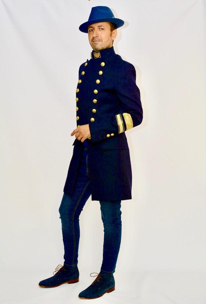 Un look monochrome entièrement bleu marine vêtements et accessoires.
