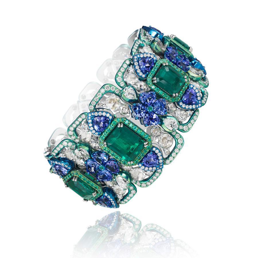 Le charme étrange des bijoux en titane Manchette Art déco, dotée de sept émeraudes, entourées de tanzanites et de diamants, Chopard.