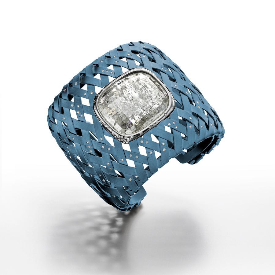 Le charme étrange des bijoux en titane Bracelet The Magellanic Cloud, en titane, or blanc et diamants, 215.000 €, Suzanne Syz.