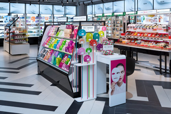 Un « Mask Bar Sephora Collection » trône également dans la boutique pour permettre aux clients de profiter d'une pose express lors de l'achat d'un masque Sephora pour le visage, les pieds, les mains, les lèvres ou les yeux.