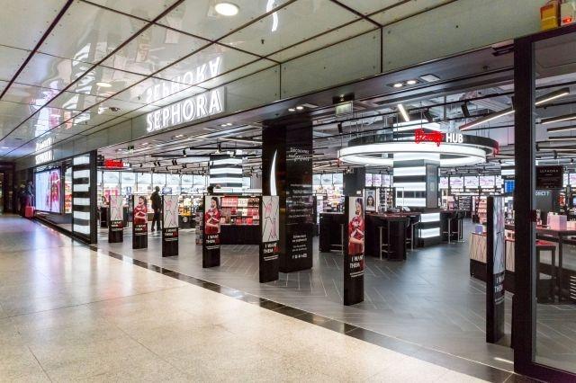 Sephora vient d'inaugurer au sein de la gare Saint-Lazare (Paris VIIIe), deuxième gare d'Europe en termes de flux de voyageurs, son magasin « New Sephora Experience ». Un concept de boutiques connectées développées par l'enseigne du groupe LVMH depuis début 2017 en France et en Europe.