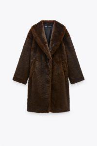 Manteau avec col à revers et manches longues. Poches avant. Fermeture par boutons sur le devant.