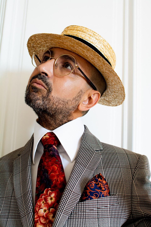 Il s'agit là d'une Tenue homme plutôt originale avec chapeau cravate et pochette. Des lunettes de vue binocles et un pantalon motif animalier. Beau style dandy