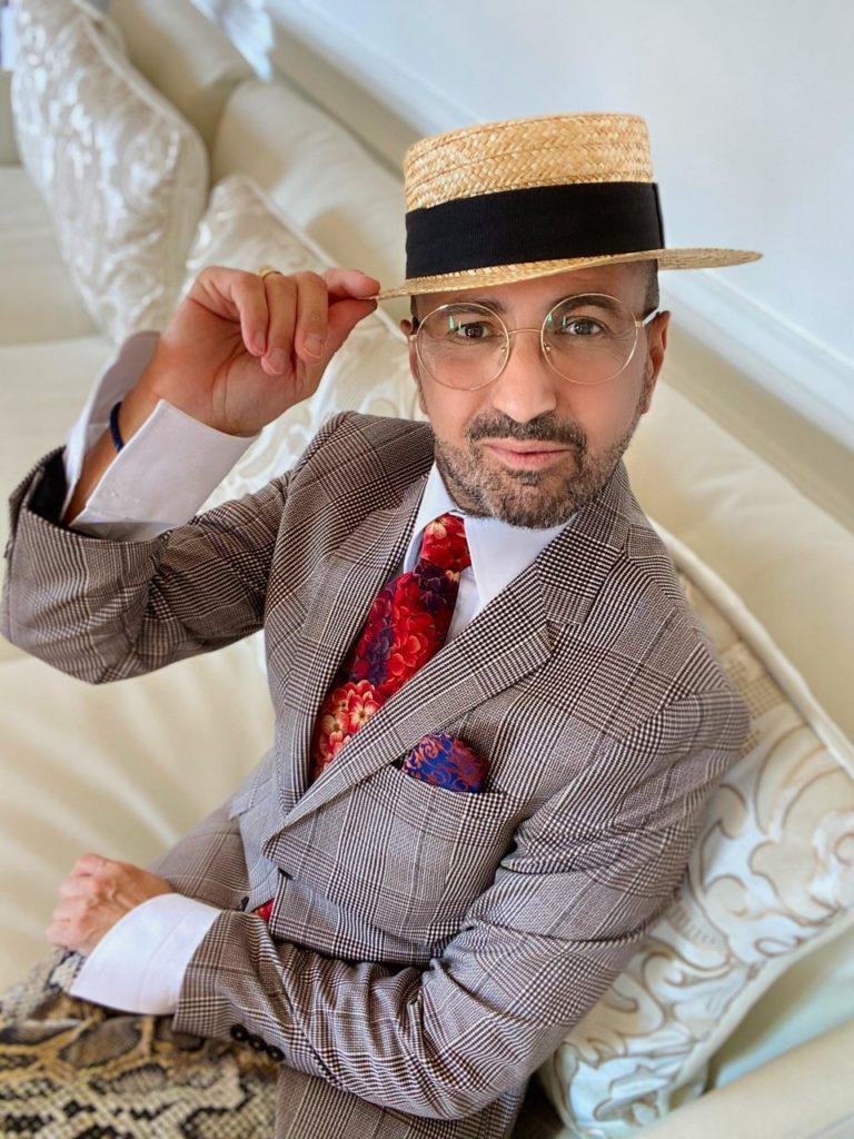 Il s'agit là d'une Tenue homme plutôt originale avec chapeau cravate et pochette. Des lunettes de vue binocles et un pantalon motif animalier.