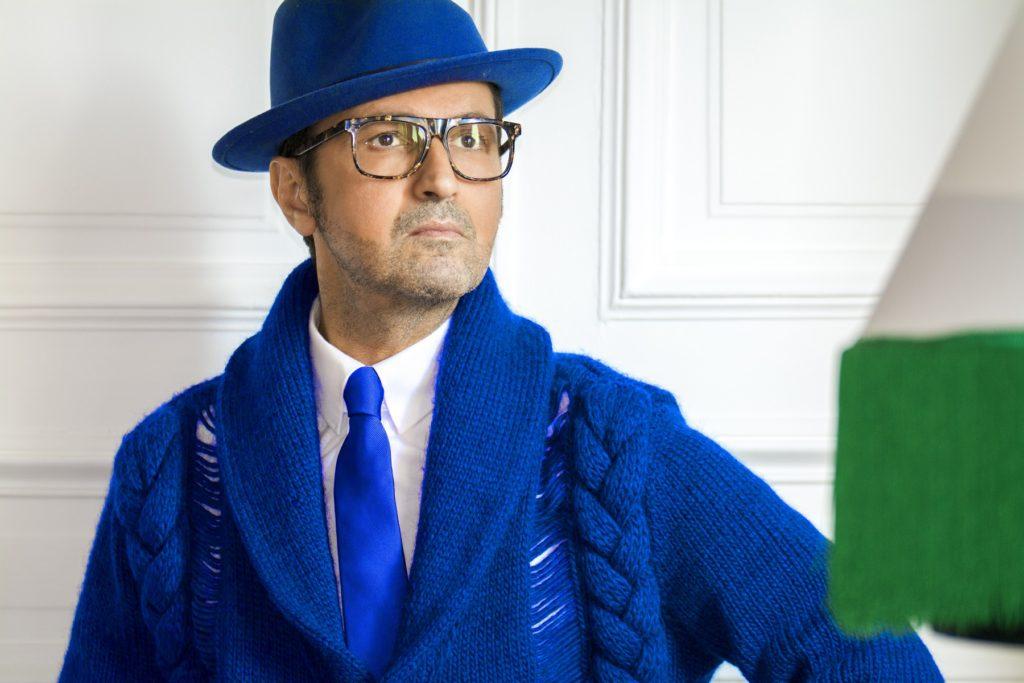 Il s'agit d'une tenue bleue monochrome pour homme, composée d'un jean bleu, d'une chemise bleu plus foncé, d'une cravate bleu dur et d'un blazer bleu moins foncé.