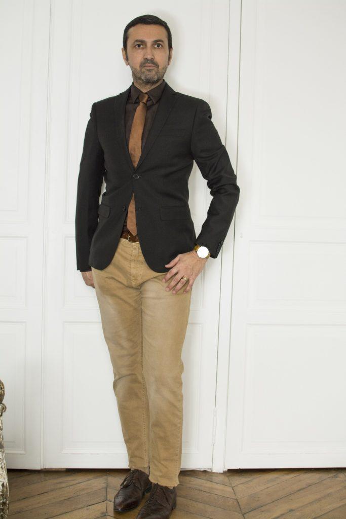 Dans cette deuxième tenue pour homme on retrouve un total monochrome avec un camaïeu de marrons entre veste, chemise pantalon et cravate.