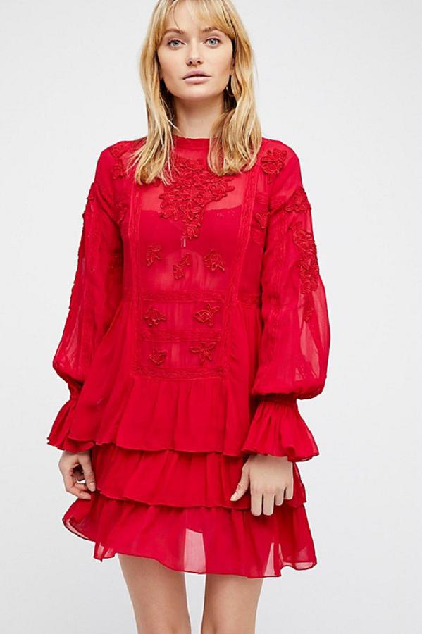 Robe Fondant rouge avec 3 volants et des manches longues bouffantes de chez Free People