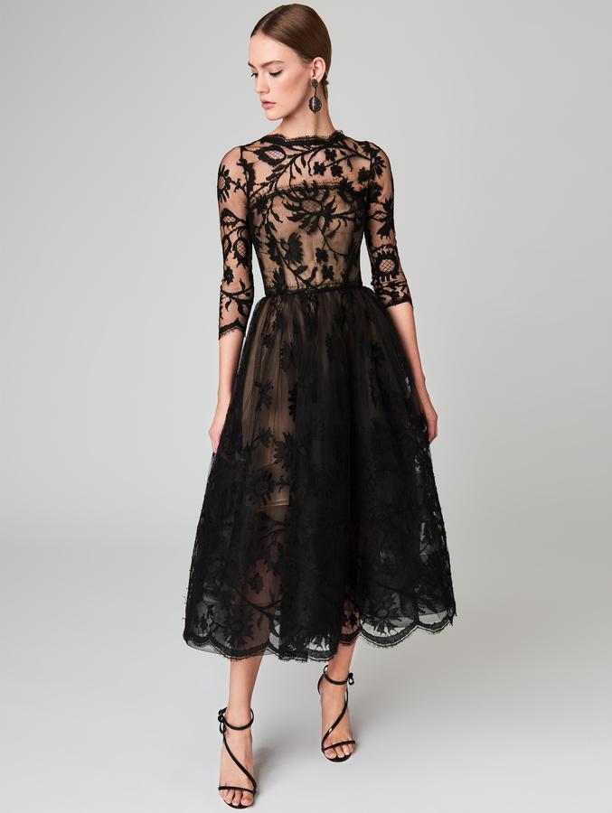 Robe avec décolleté illusion en dentelle noire mi longue trés agréable à porter, elle est chic et élégante de chez Oscar de la Renta