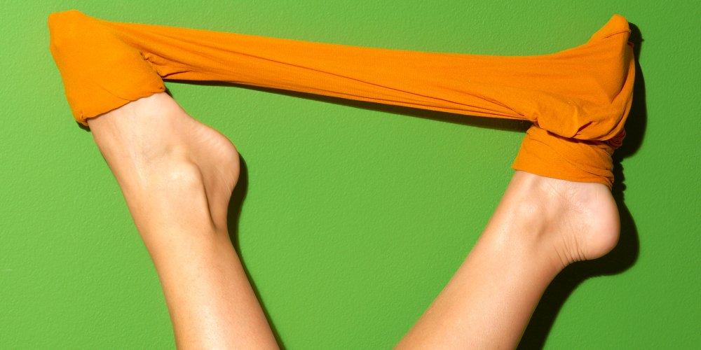 Une paire de collant qui glisse et qui ne tient pas sur des jambes