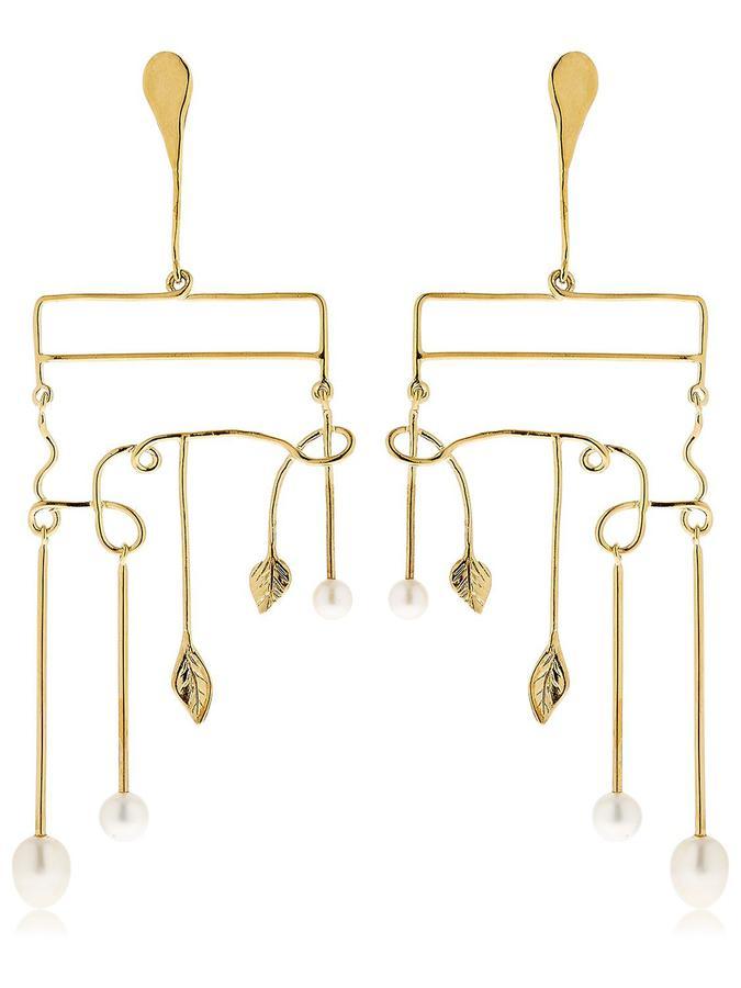 La perle s'invite sur nos bijoux ; Boucles d'oreille « siroco » feuilles et perles de chez Aurélie Bidermann.