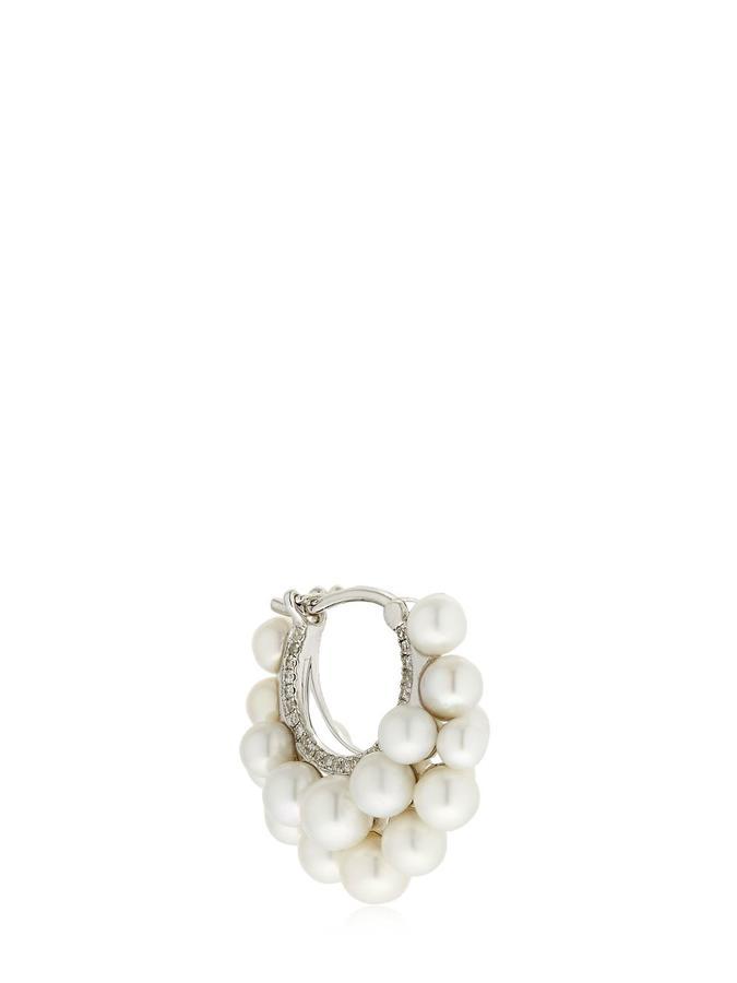 La perle s'invite sur nos bijoux ; Mono-boucle d'oreille créole avec perles de chez Yvonne Leon Paris.