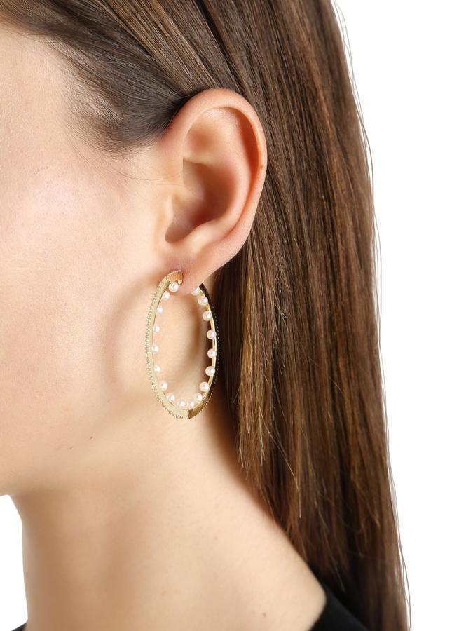 La perle s'invite sur nos bijoux ; Boucles d'oreille créoles avec perles de chez APM Monaco