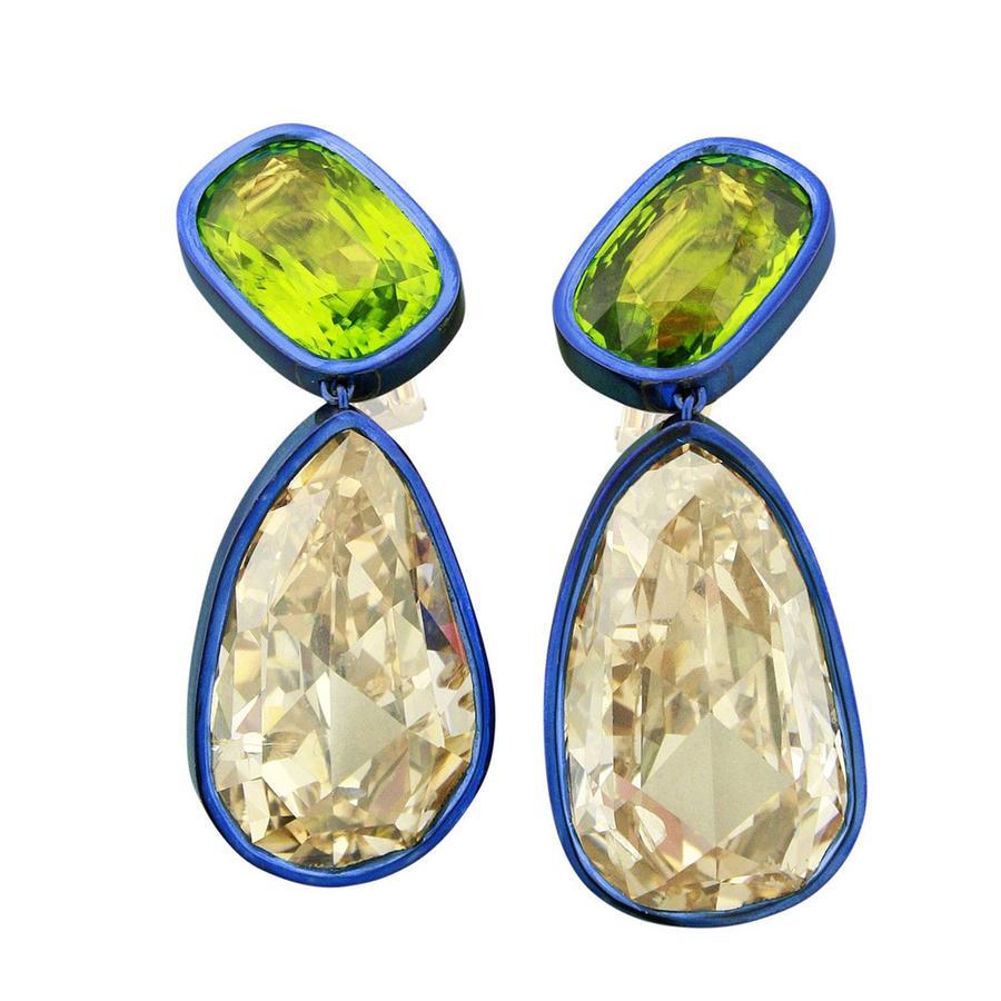 Le charme étrange des bijoux en titane Boucles d'oreilles, en titane, diamants et péridots, Taffin.