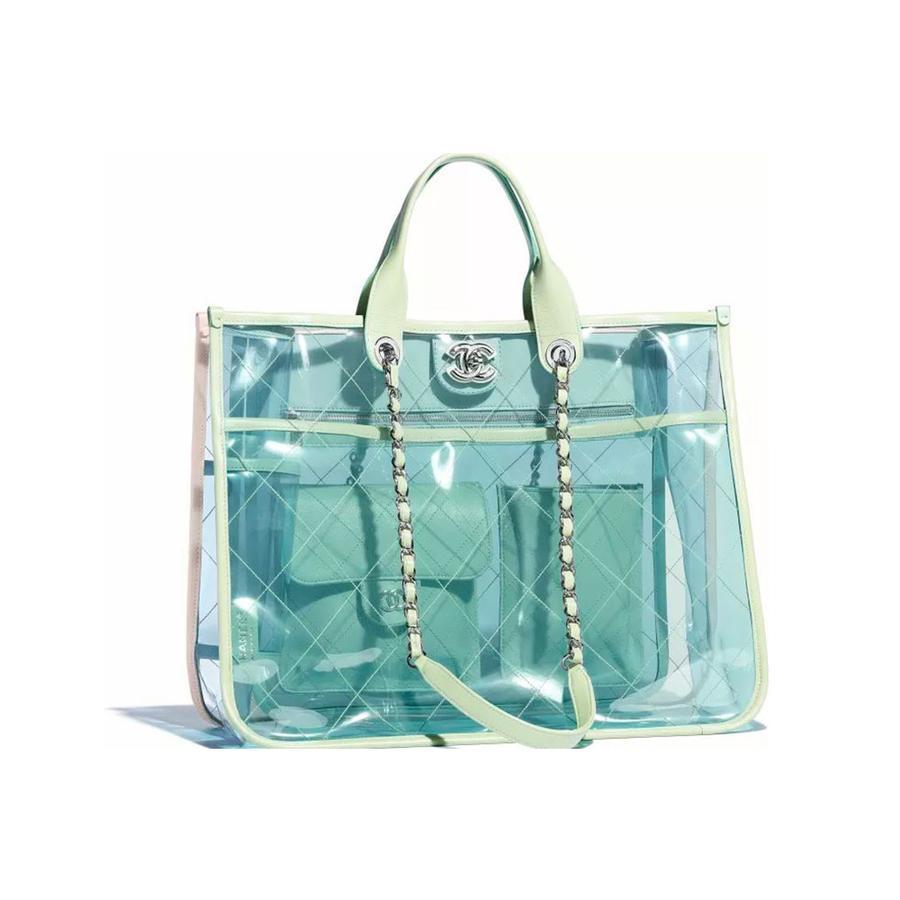 Paniers, sacs de plage... Les indispensables de l'été - Chanel Sac en PVC, agneau et métal argenté Grand Cabas, Chanel, 3 190 €. Disponible sur chanel.com.