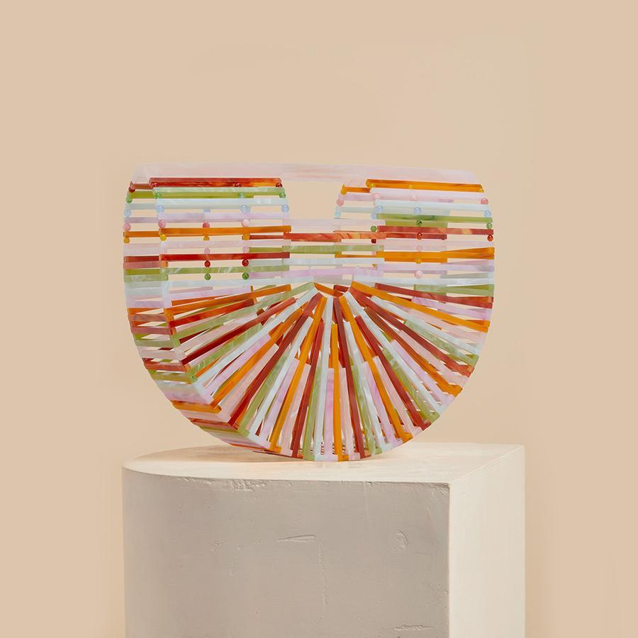 Paniers, sacs de plage... Les indispensables de l'été - Cult Gaia Sac en acrylique multicolore, Cult Gaia, 255,30 €. Disponible sur cultgaia.com.