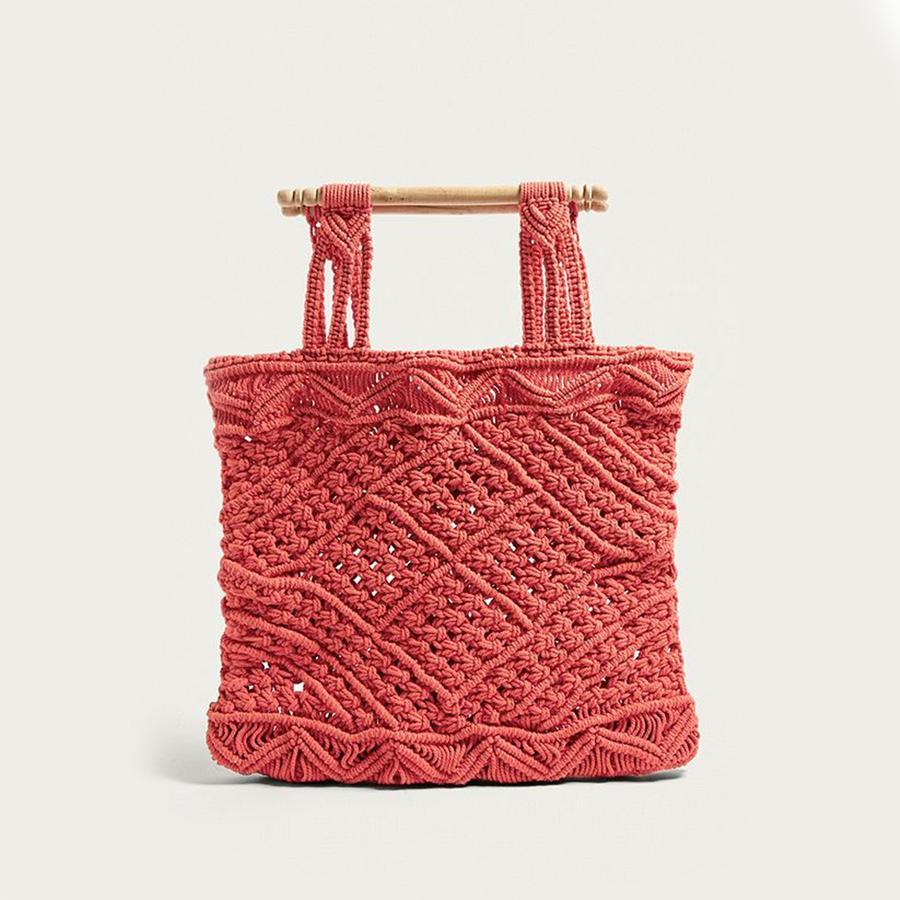 Paniers, sacs de plage... Les indispensables de l'été - Urban Outfitters Sac en macramé rouge Marley, Urban Outfitters, 59 € au lieu de 95 €. Disponible sur urbanoutfitters.com.