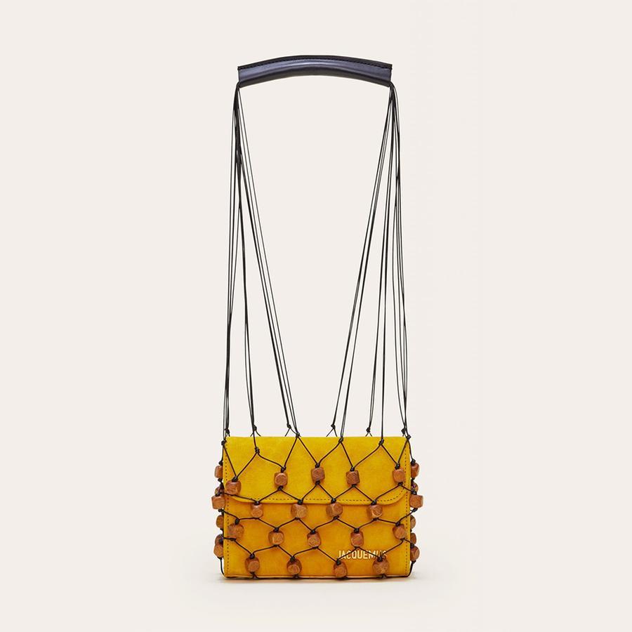 Photo N3 : Paniers, sacs de plage... Les indispensables de l'été - Jacquemus Sac en suède avec filet Perola, Jacquemus, 594 € au lieu de 660 €. Disponible sur jacquemus.com.