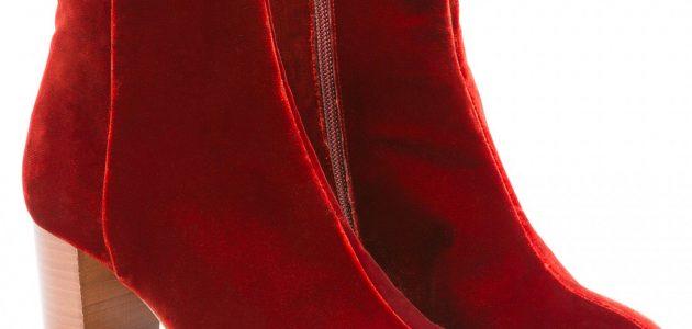 Des bottines Sézane en velours de couleur rouge bordeaux