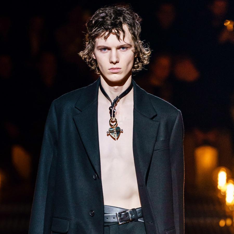 Le collier cœur au masculin du défilé Prada homme automne-hiver 2019-